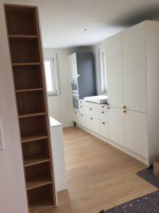 Holzregal in Küche integriert