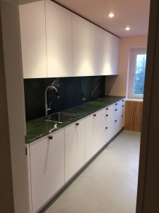 Küche mit Steinplatte