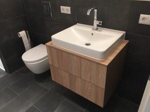 Bad Schrank mit Becken in Holz und Klo
