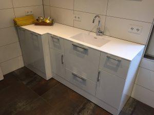 Badezimmer Schrank mit Waschmaschine