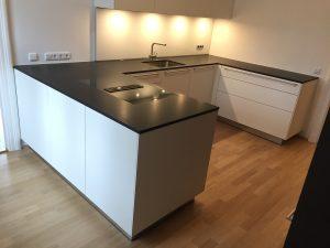 Küche U Winkel mit Steinplatten