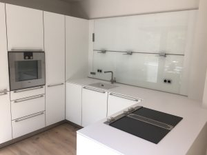Küche mit 12mm Stein Platte und Glas Rückwand