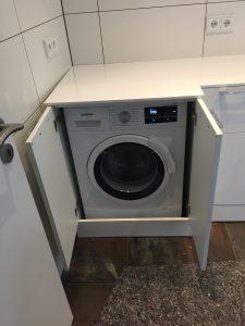 Waschmaschine in Schrank